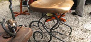 植物をイメージさせる アイアンの椅子